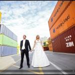 Oryginalny plener ślubny na terminalu kontenerowym | Sesja plenerowa nad morzem