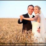 Romantyczny plener ślubny w zbożu | Sesja plenerowa na polu przy zachodzie słońca