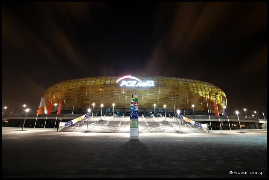 nocne zdjęcia stadionu PGE Arena w Gdańsku